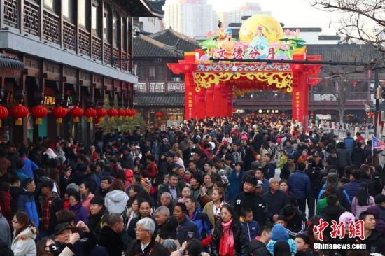图为春节期间,大批游客涌进江苏南京夫子庙景区参观游玩。(资料图片) 中新社记者 泱波 摄