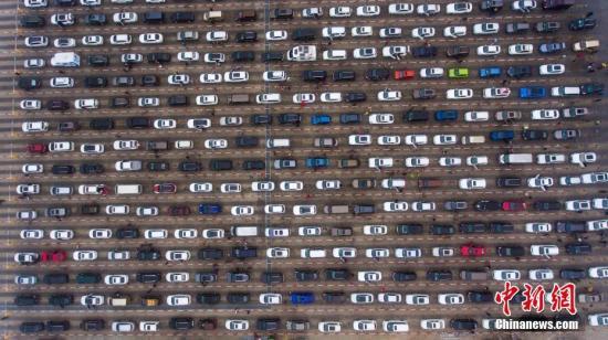 2月22日,航拍海口市新海港码头数千辆排队等待过海的滞留车辆。 <a target='_blank' href='http://www.chinanews.com/'>中新社</a>记者 骆云飞 摄