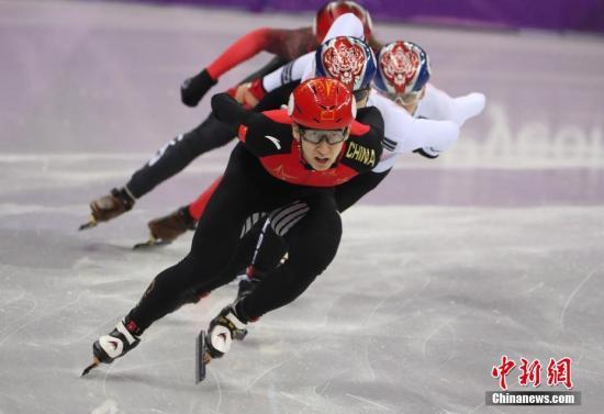 2月22日,在平昌冬奥会短道速滑男子500米决赛中,中国选手武大靖夺得金牌。