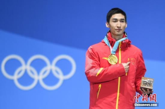 图为武大靖在获颁金牌后手指胸前五星红旗。<a target='_blank' href='http://www.chinanews.com/' rel=