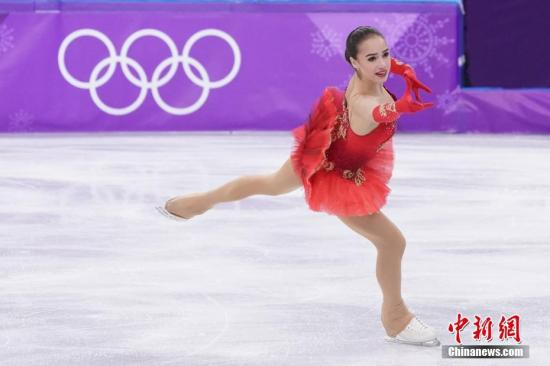 2月23日,平昌冬奥会花样滑冰女单自由滑决赛中,俄罗斯奥林匹克选手包揽前两名,15岁的新秀扎吉托娃获得冠军,梅德韦杰娃摘银,加拿大选手奥斯蒙德排名第三。图为扎吉托娃在比赛中。社记者 崔楠 摄