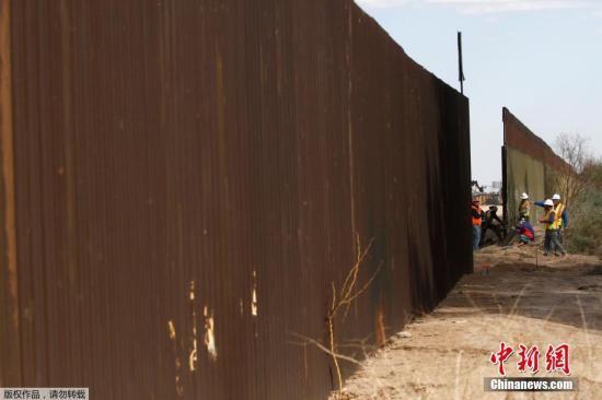 """本土时间2018年2月22天,美国加州卡莱克西科附近,美国海关与边防保护局对本地一致段边境隔离墙进行更换。顿时标志着美国联邦政府启动了美国以及墨西哥边界隔离墙的打工程。本次工程覆盖范围约3.62公里,用由约9米高之新建墙体代替始建于上世纪90年代的原有墙体。美国海关与边防保护局称,该工程以便于边境保护和增长群众和该局人员的平安。顿时是去年于加利福尼亚州圣迭戈附近修建8苦恼边境隔离墙""""旗帜墙""""继,特朗普朝批准的首只美墨边境隔离墙工程合同。美国内布拉斯加州一家建筑企业得到了这份总额也1800万美元之隔离墙替换工程合同。 文来源:人民网"""