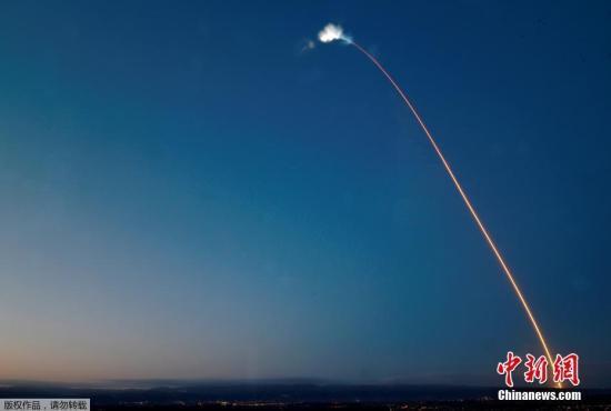 """资料图片:当地时间2018年2月22日,美国太空探索技术公司SpaceX在范登堡空军基地成功地发射了一枚""""猎鹰9号""""火箭。"""
