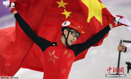 当地时间2月23日,2018平昌冬奥会短道速滑男子500米颁奖仪式在平昌奥运村举行,夺得金牌的中国选手武大靖登台领奖。