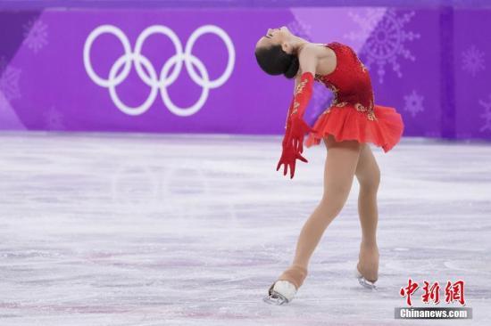 2月23日,平昌冬奥会花样滑冰女单自由滑决赛中,俄罗斯奥林匹克选手包揽前两名,15岁的新秀扎吉托娃获得冠军,梅德韦杰娃摘银,加拿大选手奥斯蒙德排名第三。图为扎吉托娃在比赛中。<a target='_blank' href='http://www.chinanews.com/'>中新社</a>记者 崔楠 摄
