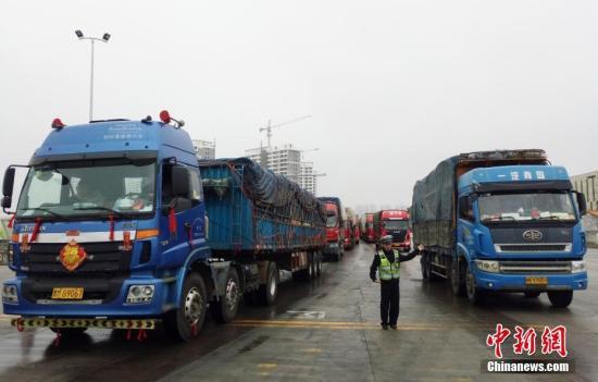 2月23日,海南海口,执勤人员在海口新海港指挥车辆进港。<a target='_blank' href='http://www.chinanews.com/'>中新社</a>记者 尹海明 摄