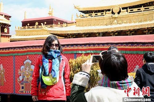 资料图:游客在大昭寺拍照留念。 发 余文彬 摄