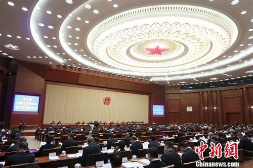 2月23日,十二届全国人大常委会第三十三次会议在北京人民大会堂开幕。这次常委会会议的一项重要任务是为召开十三届全国人大一次会议做准备。为此,会议审议了全国人大常委会工作报告稿,审议了委员长会议关于提请审议十三届全国人大一次会议议程草案、主席团和秘书长名单草案、列席人员名单草案等议案。中新社记者 盛佳鹏 摄