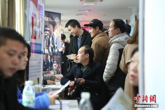 据了解,当天的招聘会共有来自省内外170余家用人单位参会,提供就业岗位7650余个。 姜涛 摄