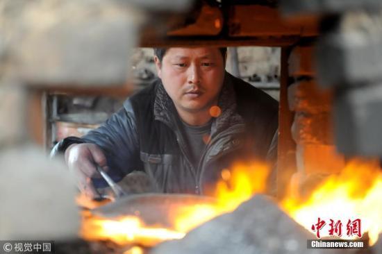 正在烧制的章丘铁锅。图片来源:视觉中国