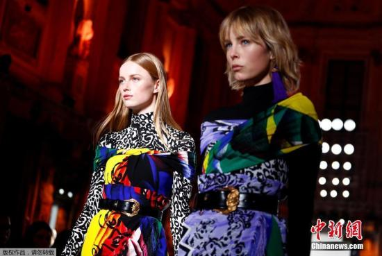 当地时间2018年2月23日,意大利米兰时装周范思哲秋冬款新品展示会场上,模特们身着高饱和度、艳丽多彩的服饰登上T台。