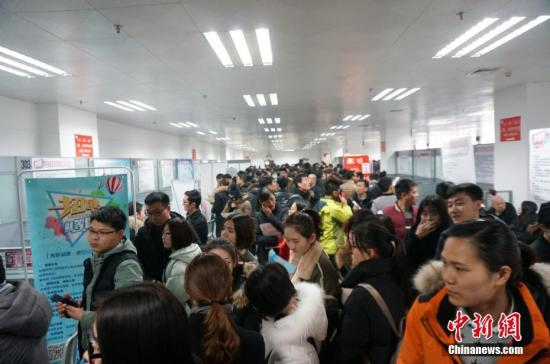 """当日,""""河南省2018年迎春招才服务月""""活动也于同步启动,在未来的36天里,河南人才市场将举办各类招聘活动24场,大量职位虚位以待。韩章云 摄"""