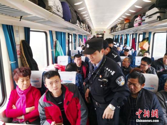 2月24-25日,由北京西开往深圳的Z107次列车一路向南、旅客平稳返程。列车进入山东、安徽、江西境内,上车旅客明显增多,包括探亲流、务工流、学生流等,广铁广九客运段京深二组乘务组、乘警等时常穿梭在车厢巡查,确保春运返程旅客安全。<a target='_blank' href='http://www.chinanews.com/'>中新社</a>记者 陈文 摄