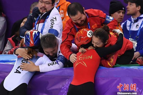 資料圖︰平昌冬奧會(hui)短道速滑比賽。韓國(左)和中國(右)都為世界強(qiang)隊。 <a target=