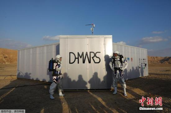 """资料图:以色列内盖夫沙漠的""""太空舱"""",结束为期四天的火星模拟生活。据介绍,位于沙漠中的这个""""太空舱""""是在以色列航天局支持下建立起来的一个火星模拟基地,位于以色列南部一片沙漠的腹地中。在这里,4名男性和2名女性""""宇航员""""用4天时间在与火星极其相似的环境中进行科学试验,探索人类如何在火星生存,这也是以色列首次开展火星沙漠试验。"""