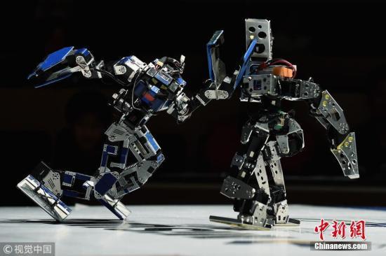 当地时间2018年2月25日,日本东京举行第32届ROBO-ONE双足机器人对抗锦标赛。比赛中,机器人在参赛者的操控下展开了激烈搏斗,一招一式非常有范儿。 图片来源:视觉中国