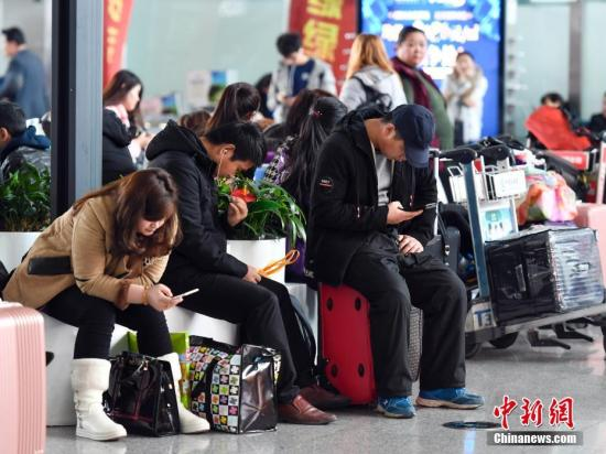 2月26日,受冻雾天气影响,新疆乌鲁木齐国际机场能见度低不具备飞行条件,造成多架航班延误或取消。据乌鲁木齐国际机场运行指挥中心介绍,截至12时,该机场出港航班延误66架次,进出港航班共计取消50架次,3座航站楼滞留旅客总计超6000人。 中新社记者 刘新 摄