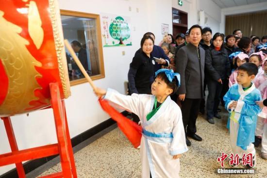 """资料图:上海小学举行""""开笔礼"""" ,为儿童启蒙教育""""破蒙""""。"""