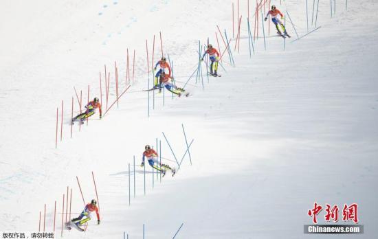 资料图:平昌冬奥会男子高山滑雪,法国选手诺埃尔比赛瞬间。(图为多重曝光)