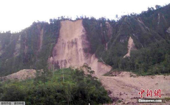 当地时间2月26日,位于巴布亚新几内亚塔布比尔的公路因为地震造成的山体滑坡而被阻断。