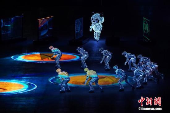 """资料图:2018平昌冬奥会闭幕式举行。图为闭幕式上的""""北京八分钟""""表演环节。 <a target='_blank' href='http://www-chinanews-com.vgeili.com/'>中新社</a>记者 崔楠 摄"""