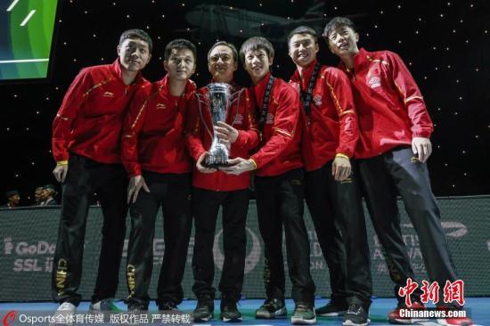 资料图:在伦敦举行的2018国际乒联团体世界杯团体决赛中,中国男队及女队分别战胜各自对手,双双夺冠。图为中国男队3:0横扫日本实现七连冠。 图片来源:Osports全体育图片社