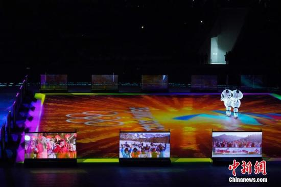 """闭幕式上的""""北京八分钟""""表演环节。 <a target='_blank' href='http://www.chinanews.com/'>中新社</a>记者 崔楠 摄"""