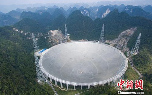 关键字:两会 中国智造。图为2016年9月25日,世界最大单口径射电望远镜——500米口径球面射电望远镜(简称FAST)在贵州平塘县克度镇喀斯特洼坑中落成。中新社记者 贺俊怡 摄