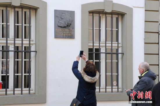 2018年是卡尔・马克思诞辰200周年,马克思故居也将修葺一新,迎接全球访客。图为2月24日,特里尔市内的马克思故居前游客络绎不绝。/p中新社记者 彭大伟 摄