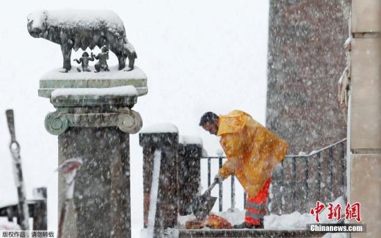 意大利罗马因普降大雪被迫停课,这是当地六年来首次降雪。图为罗马卡比托利欧广场上,工作人员正在大雪中进行除雪工作。