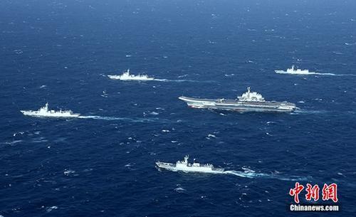 资料图:执行跨海区训练试验任务的中国海军航母编队在南海某海域组织训练。 /p中新社发 莫小亮 摄