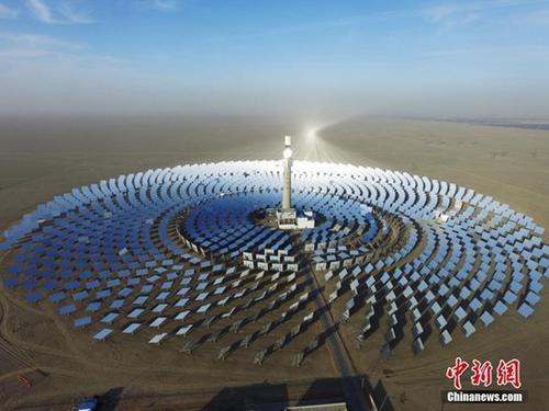 2016年12月26日,全球第三座、亚洲第一座可实现24小时连续发电的熔盐塔式光热电站在甘肃敦煌并网发电。该电站100%采用太阳能,初期年发电量可满足3万户家庭用电,且不对环境造成污染。图为拍摄于12月9日的电站外景。  <a target='_blank' href='http://www.chinanews.com/'>中新社</a>记者 杨艳敏 摄