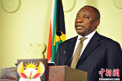 当地时间2月26日晚,南非总统拉马福萨公布了调整后的内阁名单。原财政部长内内等数位在祖马担任总统时被解职的部长回归,另外多位部长的岗位也发生变化。图为拉马福萨宣布最新内阁名单。 中新社记者 GCIS 摄