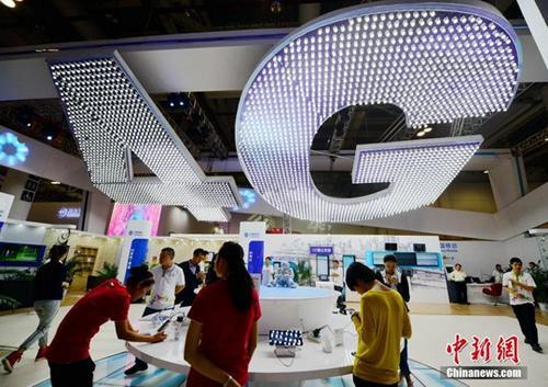 资料图:厦门市民在体验4G网络。 <a target=