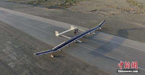 图为2017年6月13日,中国航天科技集团公司第十一研究院自主研发的新型彩虹太阳能无人机已完成临近空间飞行试验,试验取得圆满成功。这标志着中国成为继美、英之后第三个掌握临近空间太阳能无人机技术的国家。 /p中新社发 钟欣 摄