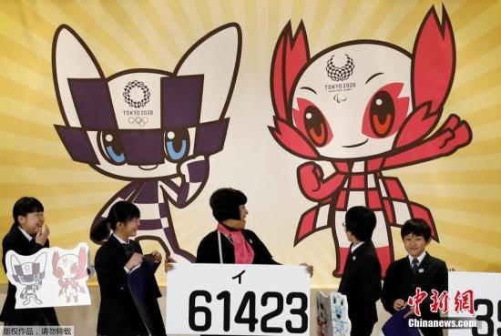 """资料图:当地时间2019-10-19,2020年东京奥运会吉祥物在日本东京公布,配有奥运会会徽图案的富有未来感的机器人吉祥物方案获得最高票数。另外两个吉祥物方案分别是被视为神明使者的狐狸和石狮子,以及经常出现在日本民间故事里的狐狸和狸猫。2020日本东京奥运会和残奥会吉祥物的投票于2月22日截止。投票从2017年12月开始,在大约3个月的时间里,日本全国有一半以上的小学和特别支援学校以及海外的日本人学校参加了投票。吉祥物色彩分别与会徽相同的蓝色,和象征樱花的粉红色,蓝色的奥运吉祥物设定为""""珍惜传统,保持吸收最新资讯,能瞬间移动""""。粉红色吉祥物,设定为""""具有樱花的触觉与超能力,热爱自然,能与石和风对话,用眼力..."""