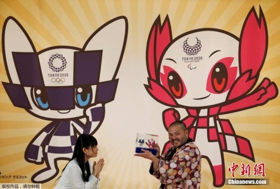 """当地时间2月28日,2020年东京奥运会吉祥物在日本东京公布,配有奥运会会徽图案的富有未来感的机器人吉祥物方案获得最高票数。另外两个吉祥物方案分别是被视为神明使者的狐狸和石狮子,以及经常出现在日本民间故事里的狐狸和狸猫。2020日本东京奥运会和残奥会吉祥物的投票于2月22日截止。投票从2017年12月开始,在大约3个月的时间里,日本全国有一半以上的小学和特别支援学校以及海外的日本人学校参加了投票。吉祥物色彩分别与会徽相同的蓝色,和象征樱花的粉红色,蓝色的奥运吉祥物设定为""""珍惜传统,保持吸收最新资讯,能瞬间移动""""。粉红色吉祥物,设定为""""具有樱花的触觉与超能力,热爱自然,能与石和风对话,用眼力..."""