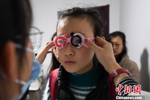 资料图:眼科医院迎来中小学生检查视力配眼镜的高峰。(图文无关)中新社记者 武俊杰 摄