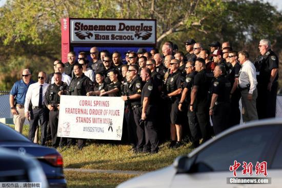 资料图:当地时间2月28日,美国佛罗里达州帕克兰发生枪击案的道格拉斯中学复课,学生和教职工重返校园,大批警察出动维护治安。2月14日一名19岁的枪手在学校里开枪,造成17人死亡。