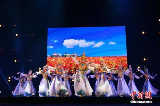 """2018""""文化中国・四海同春""""慰侨演出2月28日晚在巴黎会议宫举行,为旅法侨胞送上春节的文化大餐。能容纳4000多人的剧场座无虚席,演员们的精彩演出博得满堂喝彩。图为中国铁路文工团舞蹈演员们表演《祝福》。&#10;<a target='_blank' href='http://www.chinanews.com/'>中新社</a>记者 龙剑武 摄"""