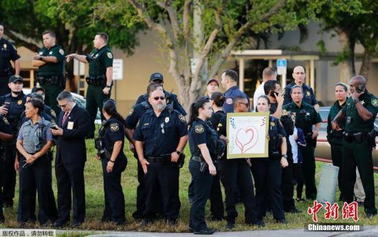 资料图:当地时间2月28日,美国佛罗里达州帕克兰发生枪击案的道格拉斯中学复课。