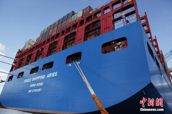 """当地时间2月27日,中远海运超大型集装箱船""""白羊座""""号首航欧洲第二大港比利时安特卫普港,掀开中比集装箱海运新的一页。作为第一艘由中企建造并运营的两万标箱级超大型集装箱船,""""白羊座""""号船长400米,型宽58.6米,型深30.7米,甲板面积比4个标准足球场还大,堪称一座""""海上城堡""""。 <a target='_blank' href='http://www.chinanews.com/'>中新社</a>记者 德永健 摄"""