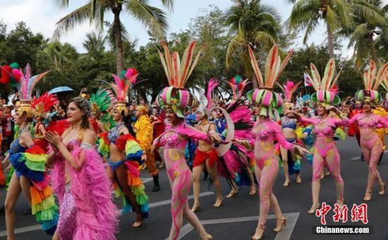 2018三亚国际音乐节3月1日在海南三亚湾启幕,融合三亚当地黎苗民族舞和南美拉丁风情的花车巡游方阵在市区干道巡游,向民众传递音乐节的热情与活力。中新社记者 王晓斌 摄