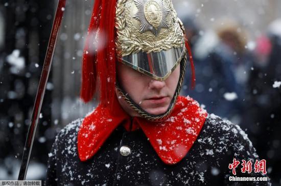 皇家骑兵冒雪巡逻。