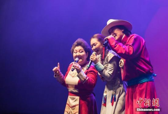 资料图:布仁巴雅尔一家演唱歌曲《吉祥三宝》。 <a target='_blank' href='http://www.chinanews.com/'>中新社</a>发 苗丹青 摄