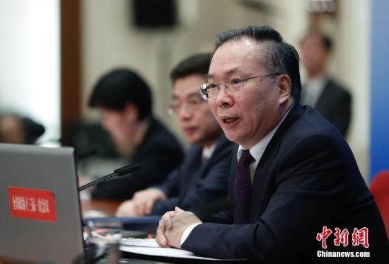 3月2日,全国政协十三届一次会议新闻发布会在北京人民大会堂一层新闻发布厅召开,大会新闻发言人王国庆向中外媒体介绍本次大会有关情况并回答记者提问。中新社记者 杜洋 摄