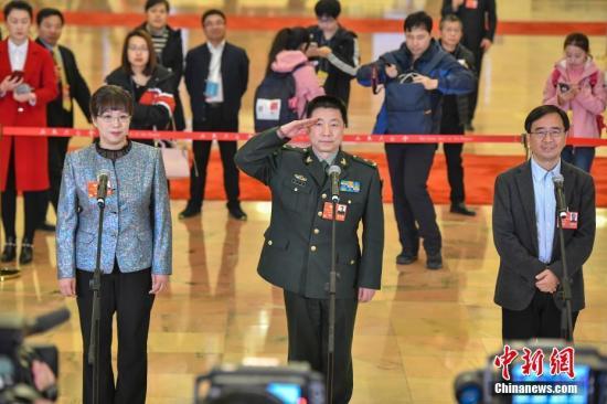 """资料图:全国政协十三届一次会议在北京人民大会堂举办首场""""委员通道"""",邀请来自多个界别的全国政协委员接受媒体采访。 <a target='_blank' href='http://www.isrqz.tw/'>中新社</a>记者 骆云飞 摄"""