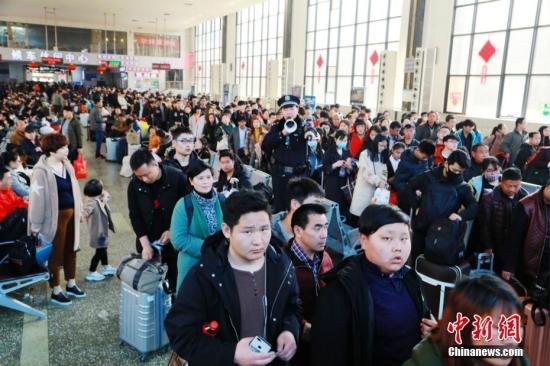 按照传统,过完元宵节才算过完年。3月3日,正月十六,郑州火车站迎来节后返程客流高峰。伴随着高校开学、务工人员返城,以及探亲客流集中出行,郑州火车站客流量明显增加,节后春运新一轮客流高峰到来。据中国铁路郑州局集团有限公司预计,该局在40天的春运将发送旅客1478.6万人次,同比增长5.1%。 周延民 摄