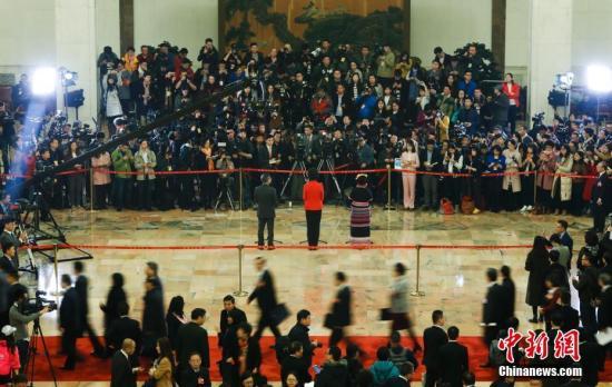 """3月3日,全国政协十三届一次会议在北京人民大会堂举办首场""""委员通道"""",邀请来自多个界别的全国政协委员接受媒体采访。 <a target='_blank' href='http://www.torvenius.com/'>中新社</a>记者 杜洋 摄"""