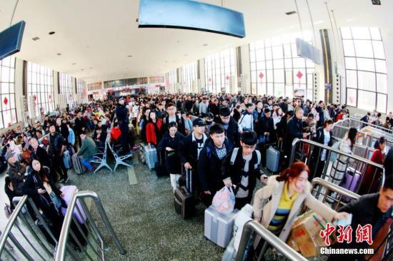资料图:郑州火车站,节后旅客返程。周延民 摄